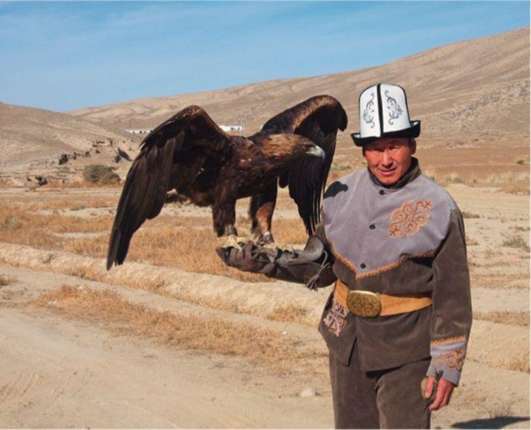 Talgarbek en Tumara, zijn prijswinnende arend, in Kirgizië. Beeld RV