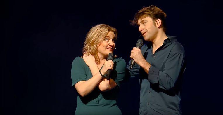 Remko Vrijdag en Martine Sandifort in hun voorstelling 'Voorlopig voor Altijd' Beeld Youtube | Vrijdag & Sandifort