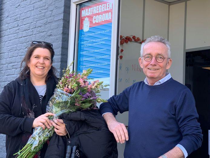 De duizendste klant van Super Sociaal kreeg een bloemetje van supermarktmanager Joop van Stiphout.