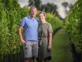 """Wijndomein Thilesna ligt langs de Oude Maas: """"We waren al fervente wijndrinkers, maar zélf wijn maken is natuurlijk een ander verhaal"""""""
