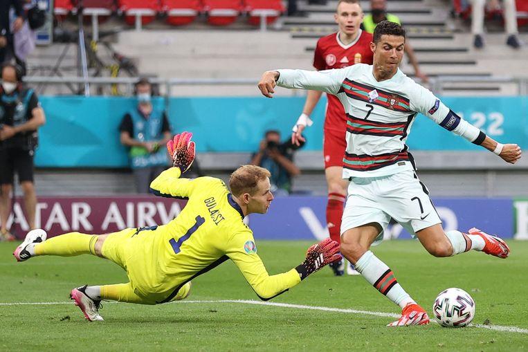 Cristiano Ronaldo rondt een vloeiende aanval af tegen de Hongaren. Beeld AFP