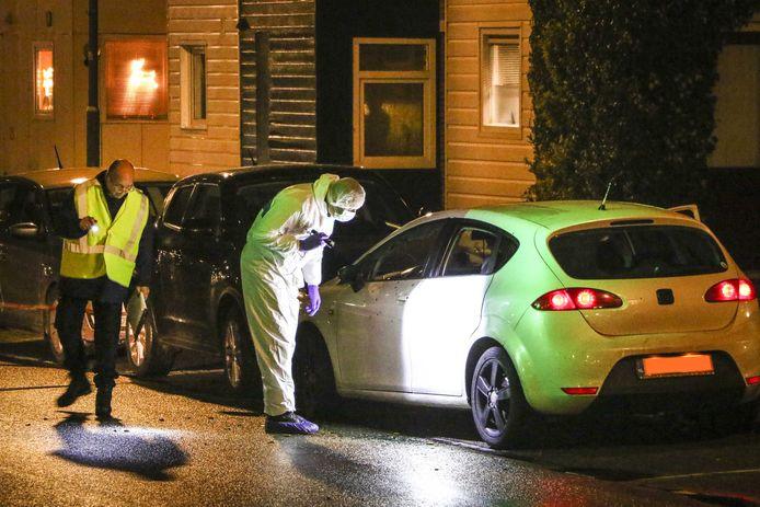Het onderzoek aan de Rhijnauwensingel in de wijk Beverwaard na de schietpartij.