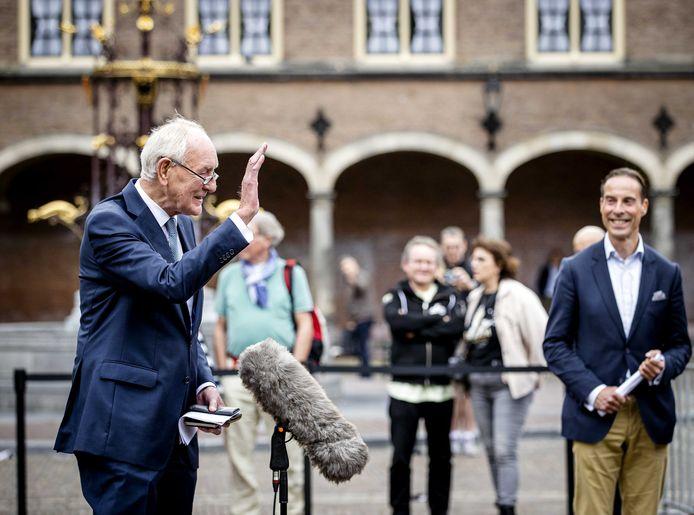 Informateur Johan Remkes (VVD) staat de pers te woord bij de Stadhouderskamer op het Binnenhof na afloop van gesprekken over de kabinetsformatie.