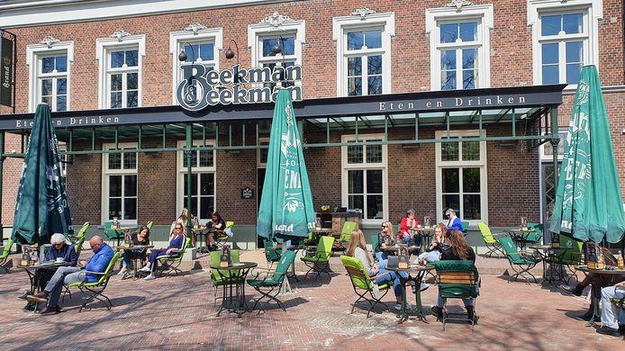 12.04 uur: de eerste bezoekers zitten op het terras bij Beekman & Beekman in Deurne.