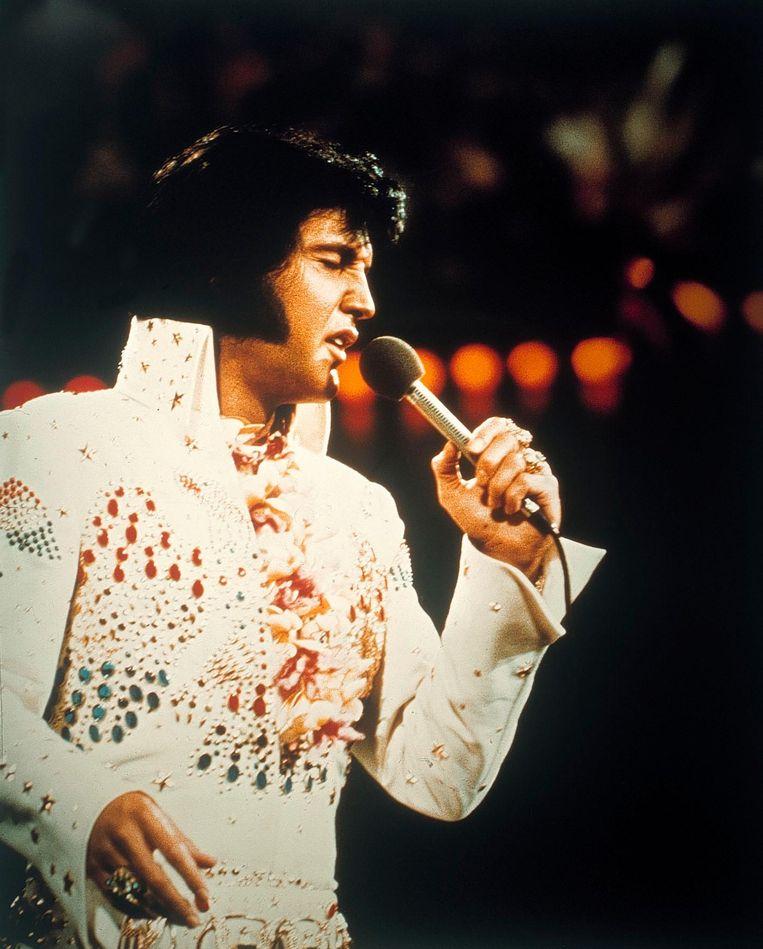 Matthijs van Nieuwkerk, Art Rooijakkers en Andrew Makkinga reizen de wereld over op zoek naar de nalatenschap van Elvis Presley, om 20:35 op NPO1. Aansluitend ziet u een concert waarin Nederlandse artiesten eerbetoon brengen aan de zanger. Beeld null