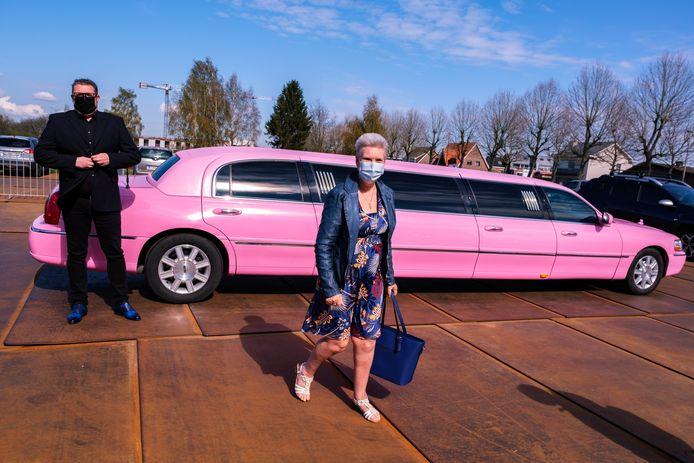 Linda Vijt werd naar het vaccinatiecentrum vervoerd in een roze limousine.