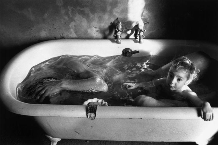 Vader en dochter nemen een bad (1977). In die tijd nam niemand aanstoot aan zo'n beeld. Beeld ©Richard Kalvar / Magnum Photos