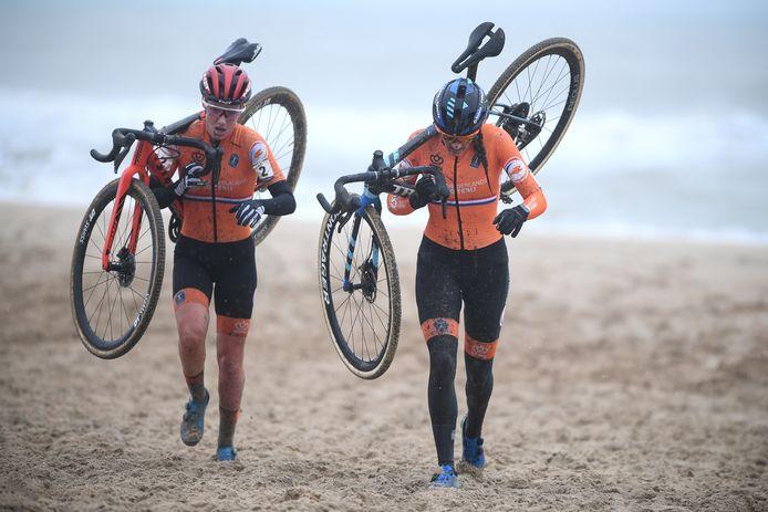 Annemarie Worst en Lucinda Brand op het WK veldrijden in Oostende. Brand won voor Worst en Betsema.