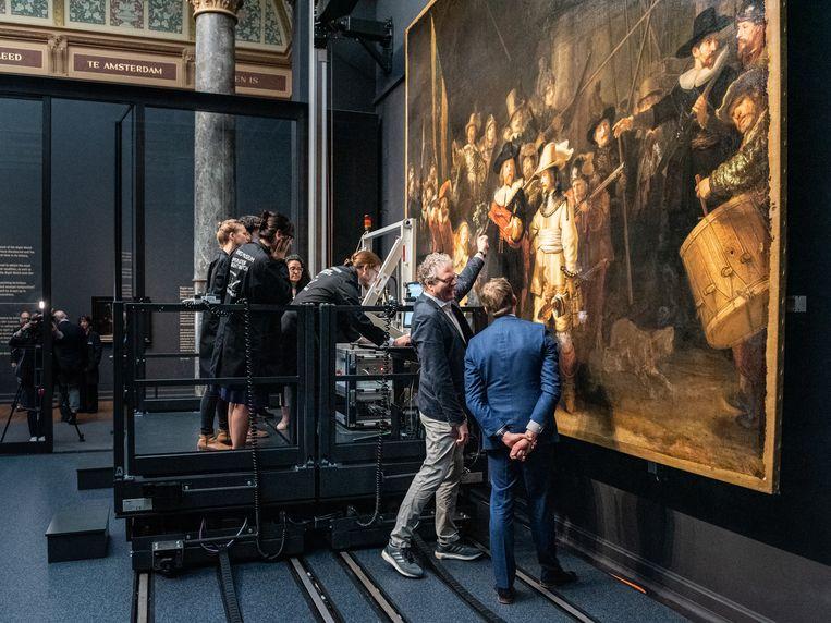 Restaurateurs werken aan de restauratie van de Nachtwacht: een grootschalig, zo niet het tot op heden grootschaligste (materiaal-technische) onderzoeksproject naar Rembrandts beroemde schilderij. Beeld Simon Lenskens / de Volkskrant