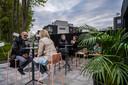 Op het vernieuwde terras van AVLO opende dit weekend een zomerbar.