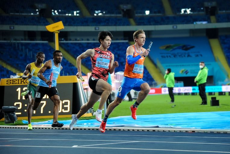 Tony van Diepen (rechts) op weg naar de zege met de Nederlandse estafetteploeg op de 4x400m op de WK estafette afgelopen weekend in Chorzov. De ploeg plaatste zich voor de Spelen. Beeld Hollandse Hoogte / SIPA Press
