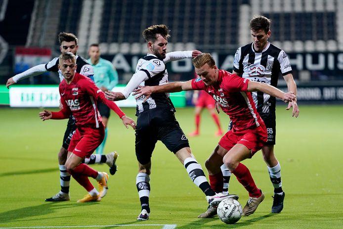 Robin Pröpper (links) deed toch mee tegen AZ. Vorige week tijdens het duel tegen Ajax leek hij zich zwaar te blesseren.