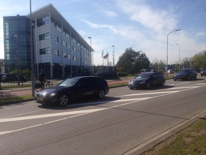 Angela Merkel arriveert 20 minuten achter op schema bij ASML. Er is strenge beveiliging en ook een politiehelikopter is in de lucht.