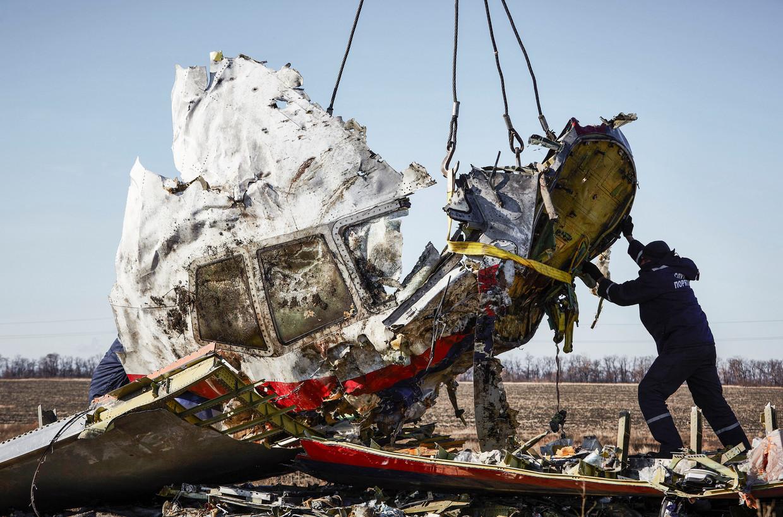De cockpit van de MH17 wordt geborgen op 20 november 2014.  Beeld null