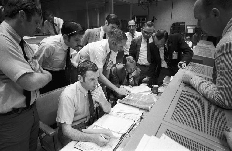 De controlekamer van de Nasa in Houston, 15 april 1970, waar wordt gestudeerd op de landingsplek in de Stille Oceaan.  Beeld Nasa