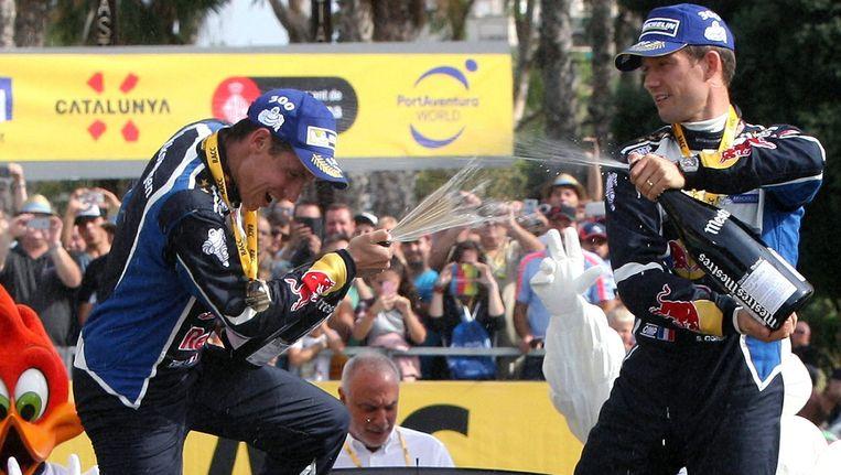 Sebastien Ogier (r) en zijn copiloot Julien Ingrassia vieren uitbundig de wereldtitel. Beeld EPA
