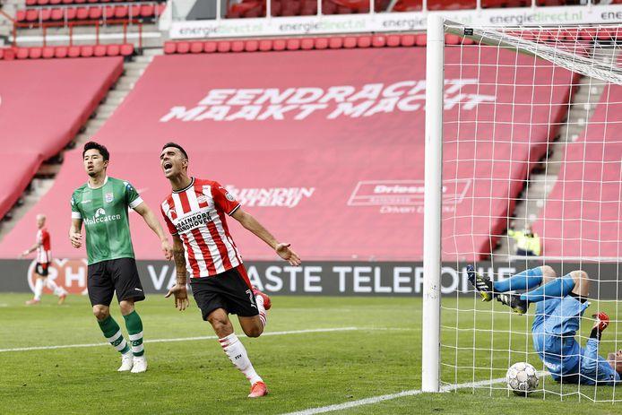 Eran Zahavi juicht na zijn goal en zal daarna het doelpunt vieren met een handkus naar zijn vrouw op de tribune.
