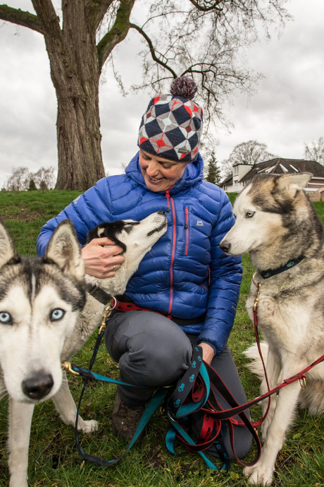Lochemse zwoegt tachtig uur met haar honden door Zweedse sneeuw