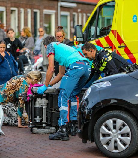 Scootmobiel valt om na botsing in Apeldoorn, bestuurder moet naar het ziekenhuis