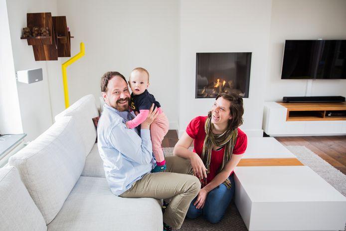 Robbert Vesseur en Petra Smolders, hier met baby Doris, leven volgens de 'weggeef economie'. In dit huis wonen ze 5 maanden.