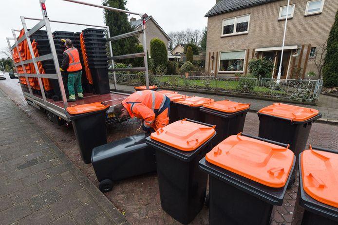 De oranje bakken zijn bestemd voor plastic en metalen verpakkingen en drankkartons. In veel pmd-bakken wordt echter ook allerlei ander afval gegooid, waardoor deze vrachten worden afgekeurd bij de verwerker en alsnog moeten worden verbrand.