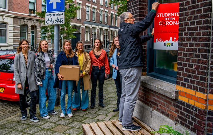 Burgemeester Aboutaleb reikte de eerste doos uit aan een studentenhuis in Kralingen.