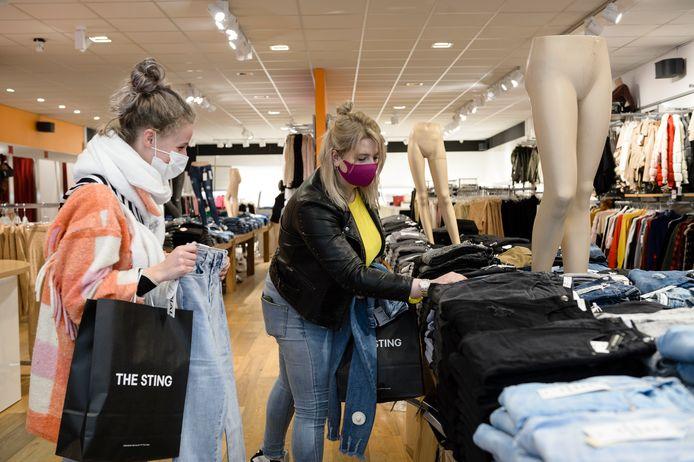 Naomi (rechts) en Renske uit Notter hebben een broek nodig. Ze hebben drie afspraken in verschillende winkels in Enschede gemaakt, want passen werkt bij broeken toch het beste.