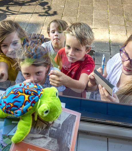 Knuffelsafari in Zutphen, dit is waarom er deze week knuffeldieren achter de ramen staan in Noordveen