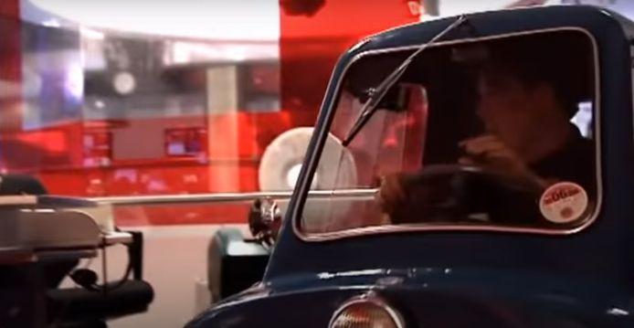Jeremy Clarkson, toen nog bij Top Gear, reed met de Peel door de BBC-studio's. (2/2)