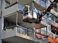 Hoogwerker in actie om man van balkon in Doorwerth te halen