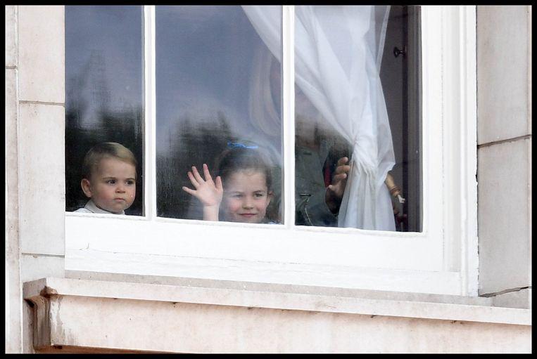 De Britse prins Louis (1) en prinses Charlotte (4) wuifden het publiek toe.