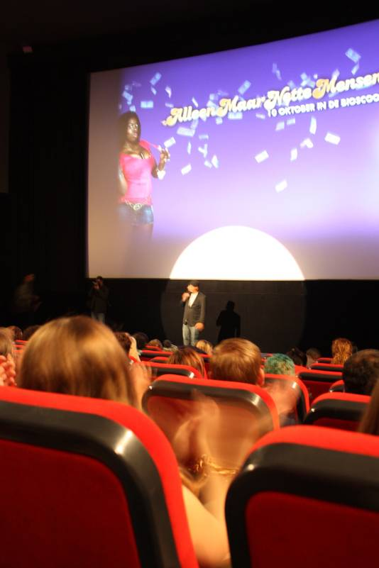 Publiek applaudisseert voor standup-comedian Howard Komproe in Pathé Arena
