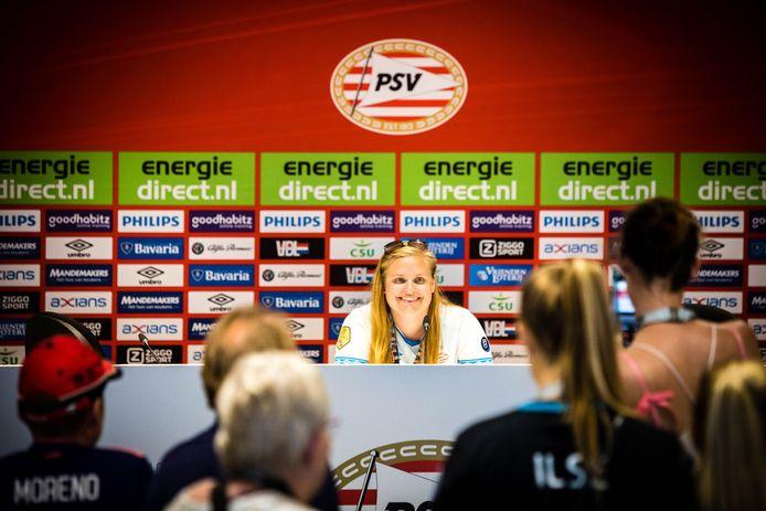 Een meisje gaat op de foto in de persruimte tijdens de jaarlijkse PSV Fandag bij het Philips Stadion in Eindhoven.