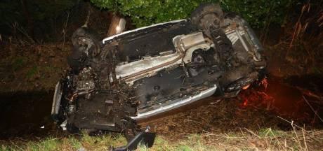 Auto belandt in sloot in Waardenburg, bestuurder voor controle naar ziekenhuis
