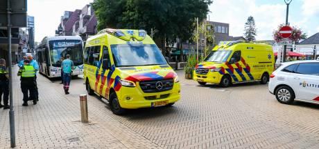 Fietsster met spoed naar ziekenhuis na aanrijding met lijnbus in centrum Apeldoorn