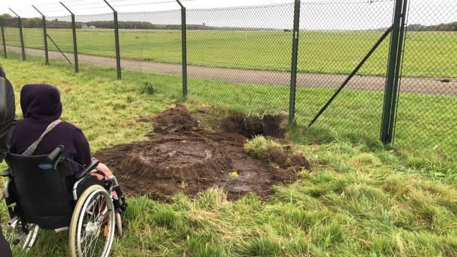 Demonstranten graven gat en kruipen onder hek door op vliegbasis Volkel: aanhoudingen verricht