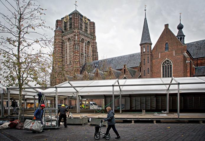 De ijsbaan op de Markt in Oosterhout in aanbouw. Later zou hier het personeelsfeest plaatsvinden waarbij burgemeester Stefan Huisman in de fout ging.