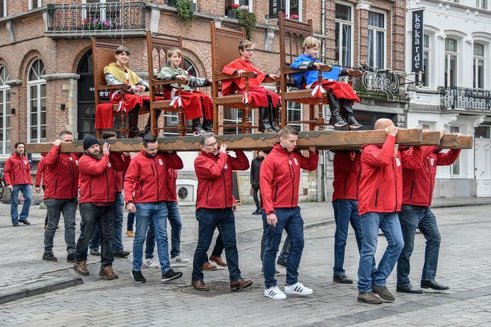De ronde over de Grote Markt, op grote tronen was al een goede generale repetitie voor wat Vier Heemskinderen en Pijnders tijdens de Ros Beiaardommegang op 24 mei 2020 te wachten staat.