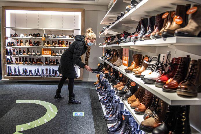 Heleen Oelen zoekt naar nieuwe schoenen in Ziengs Zwolle. Ze is een van de eerste klanten die gebruik maken van het winkelen op afspraak.
