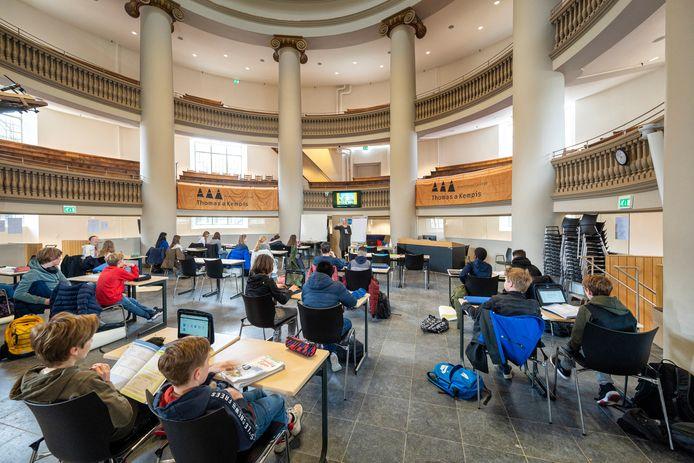 Leerlingen van het Thomas A Kempis College krijgen wegens gebrek aan ruimte in het eigen schoolgebouw sinds kort les in de Arnhemse Koepelkerk op het Jansplein. Volgen om diezelfde reden binnenkort examens in de Koepelgevangenis?