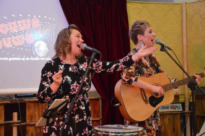 De Zwolse muzikanten Esther Groenenberg (links) en Anna Hoekstra treden normaal vaak op in verzorgingshuizen. Nu dat niet kan, gaan ze live via Facebook performen.
