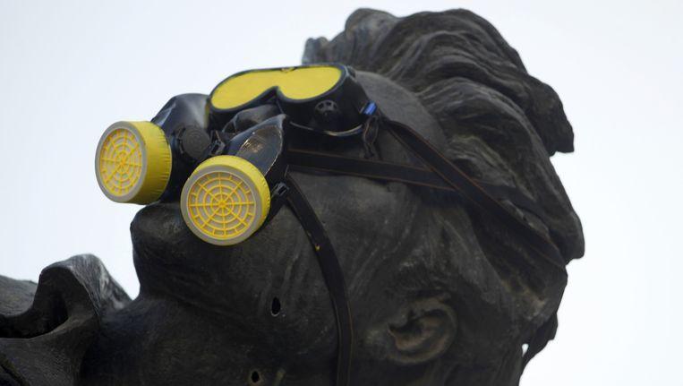 Een gasmasker is geplaatst op het hoofd van een standbeeld in Beirut tijdens een demonstratie op 21 augustus, exact een jaar na de chemische aanvallen in Syrië. Beeld reuters