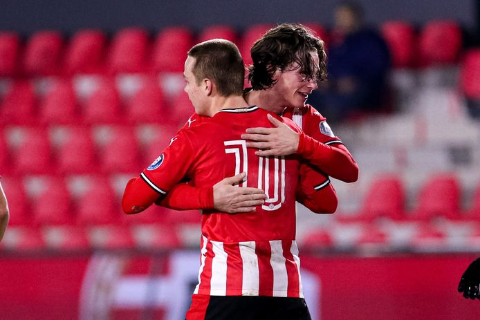 Jong PSV pakte een punt tegen NAC: Mathias Kjølø scoorde en wordt hier omhelsd door Mees Kreekels.