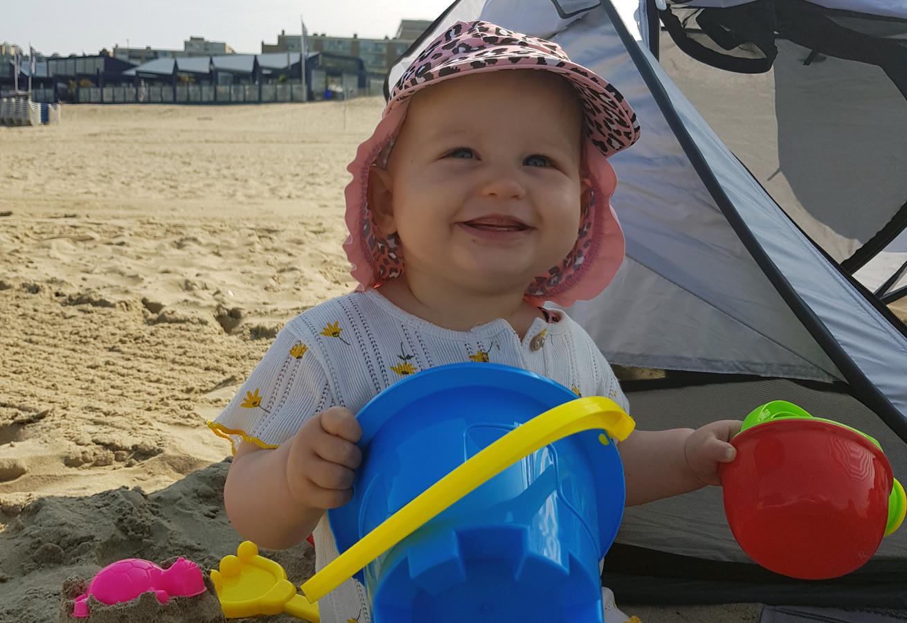 'Kleindochter Feliz, 9 maanden oud, geniet voor de eerste keer op het strand van Zandvoort.'