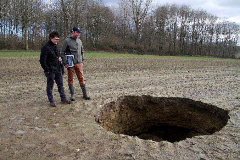 WO I-gids Simon Louagie en Niek Benoot van Museum Hooge Crater bij het zinkgat.