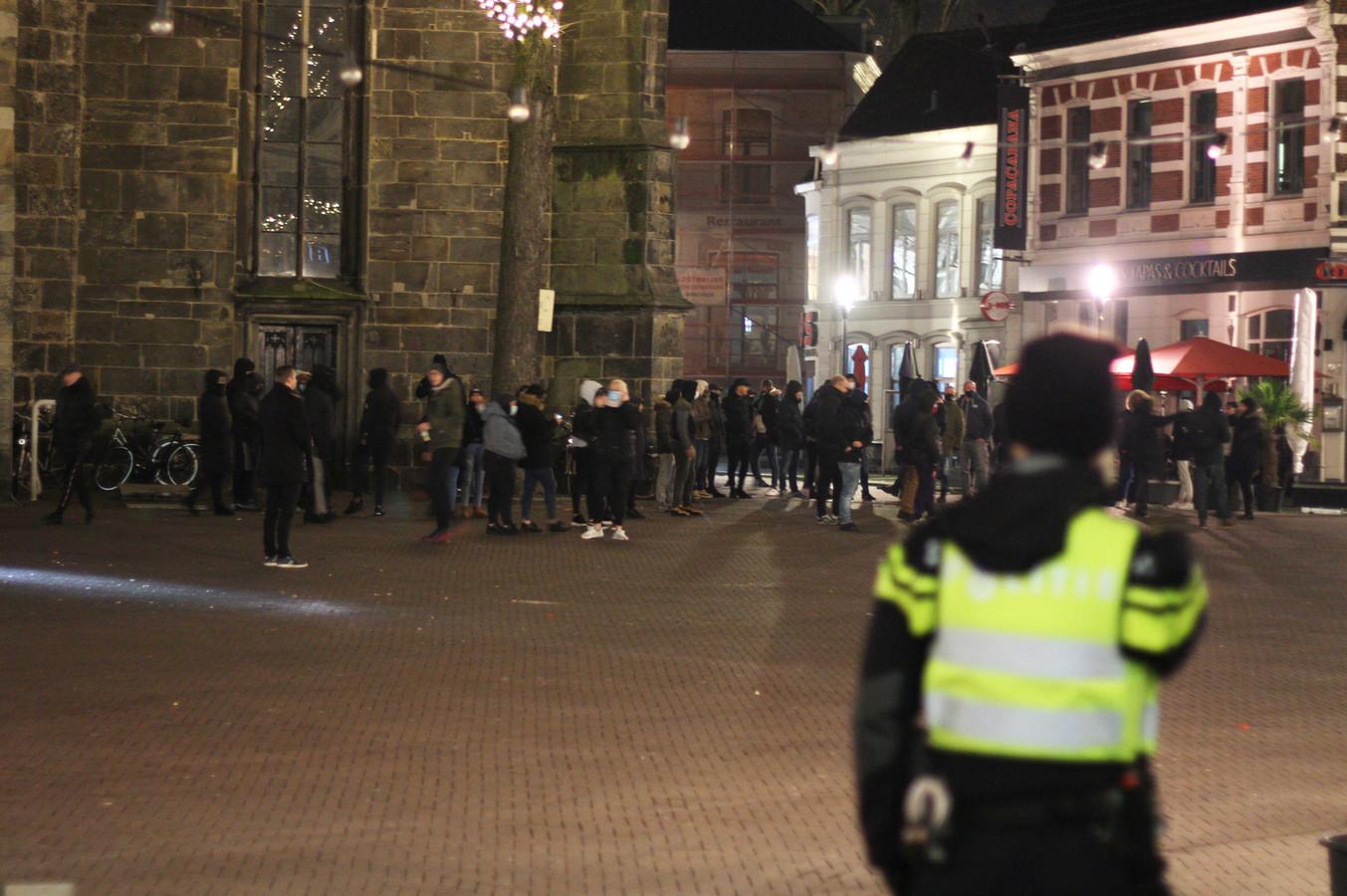 Demonstranten protesteren in Enschede tegen de avondklok.