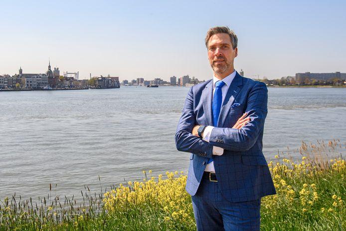 Aart-Jan Moerkerke (56) bij het drierivierenpunt in Papendrecht, waar hij nu nog burgemeester is. Volgende maand gaat hij aan de slag in Moerdijk.
