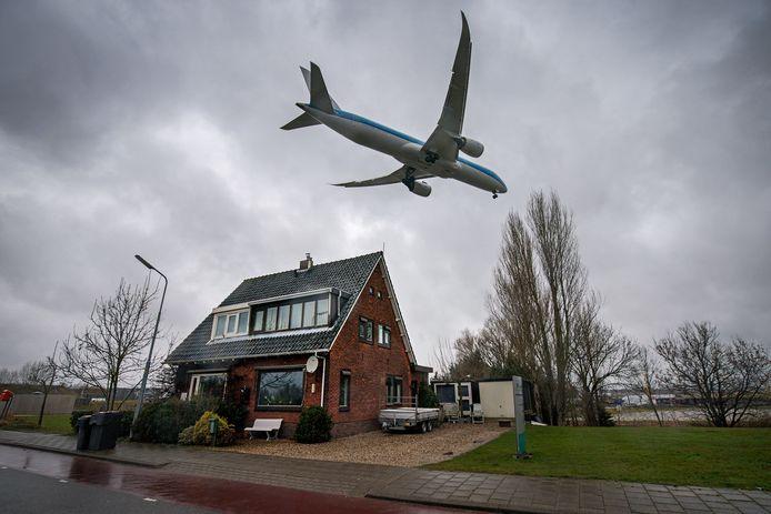 Laagvliegend toestel in de richting van Schiphol.