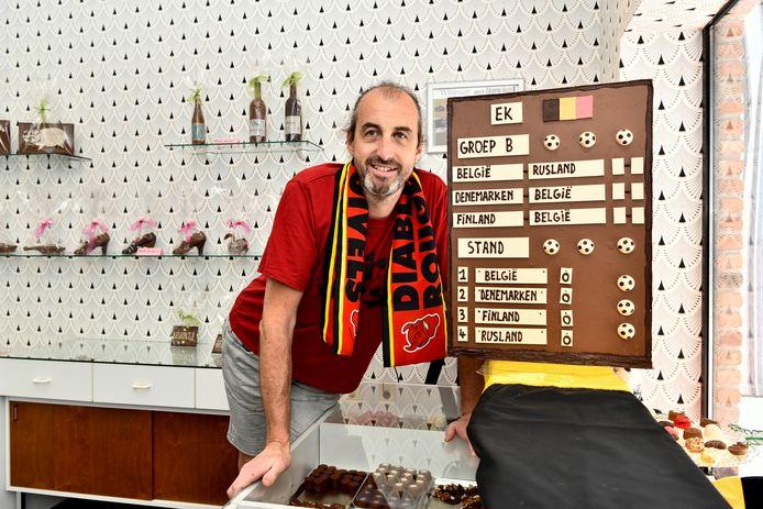 Chocolatier Vandenbussche bij zijn scorebord met klassement.