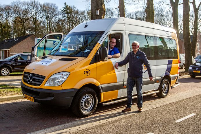 Bennie van der Sligte, hier samen met chauffeur Jos Maatman op de eerste dag dat de lijn langs Luttenberg kwam twee jaar geleden. De bus heeft wel een andere kleur gekregen.